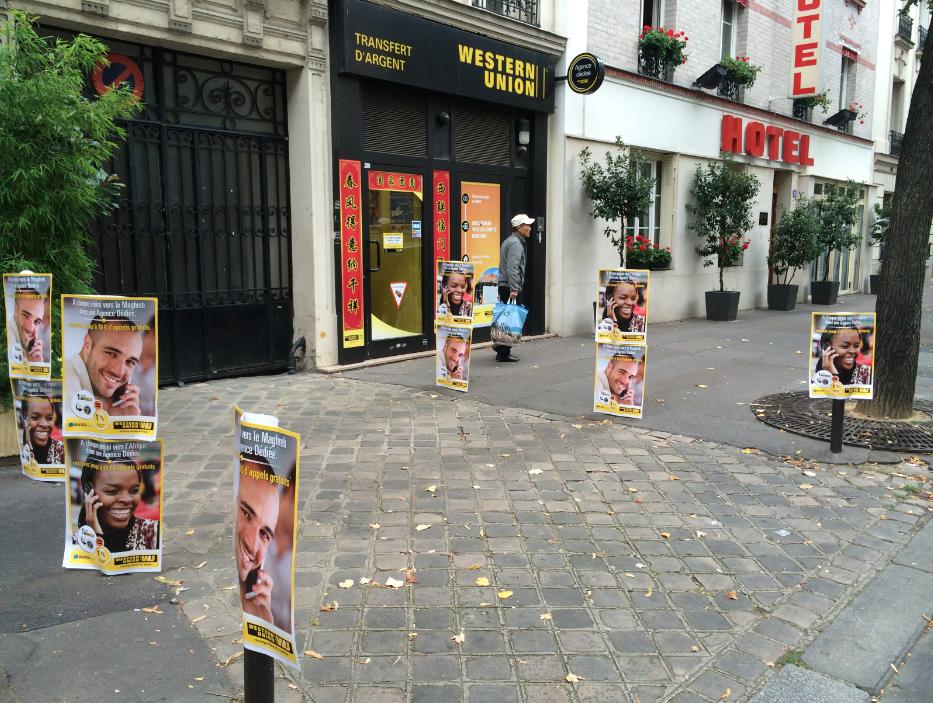 Western union s affiche à paris com invader